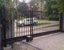 металлические на бетонном заборе
