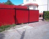 на красном заборе