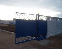 синие на бетонном заборе