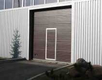 коричневые гаражные ворота с дверью