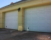 белые секционные гаражные ворота